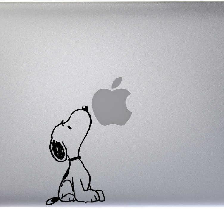 TenVinilo. Vinilo portátil Snoopy olfateando. Gracioso sticker de Snoopy olisqueando una manzana. ¿Será que tiene hambre? Personaliza tu portátil de forma única y divertida.