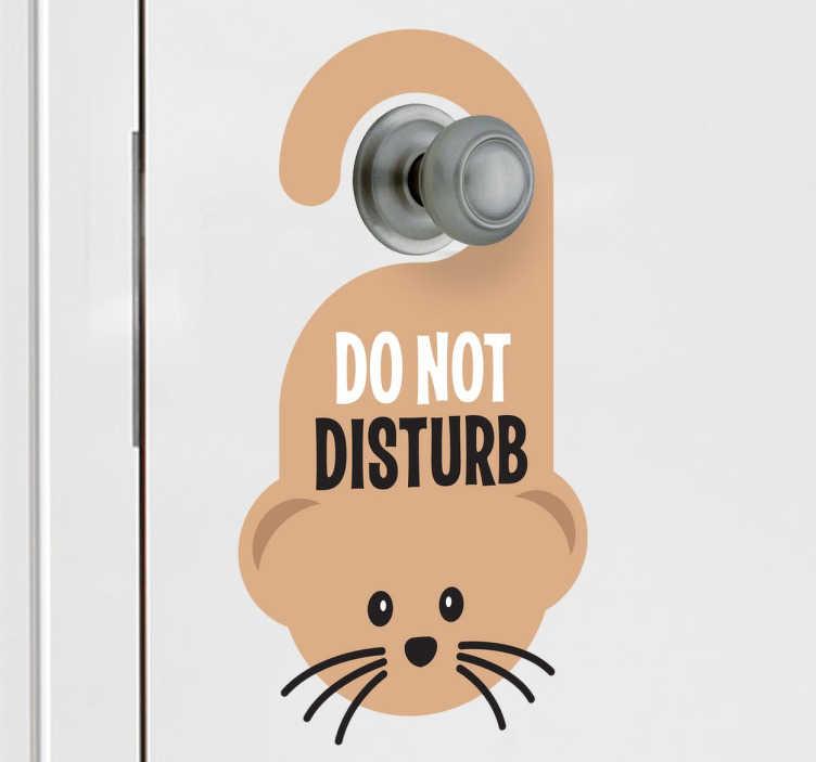 TenStickers. Naklejka dziecięca nie przeszkadzać mysz. Śmieszna naklejka dekoracyjna przedstawiająca mysz do przyklejenia na drzwi, z napisem po angielsku Nie przeszkadzać.