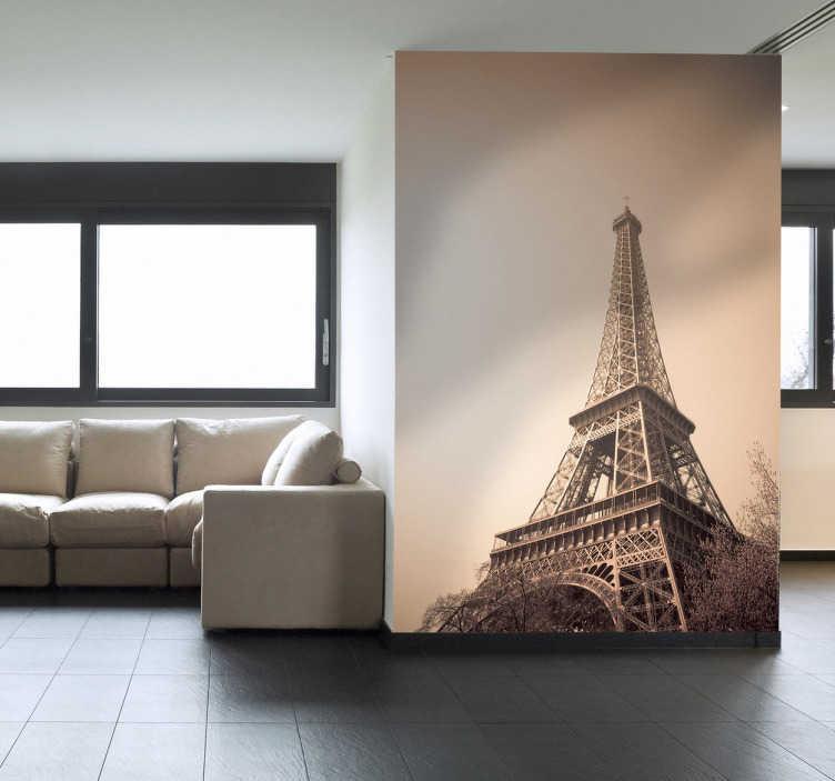 TenStickers. Naklejka zdjęcie Wieży Eiffla sepia. Fotonaklejka w tonie sepii, przedstawiająca Wieżę Eiffla na rozświetlnym niebie. Obrazek jest dostępny w wielu wymiarach.