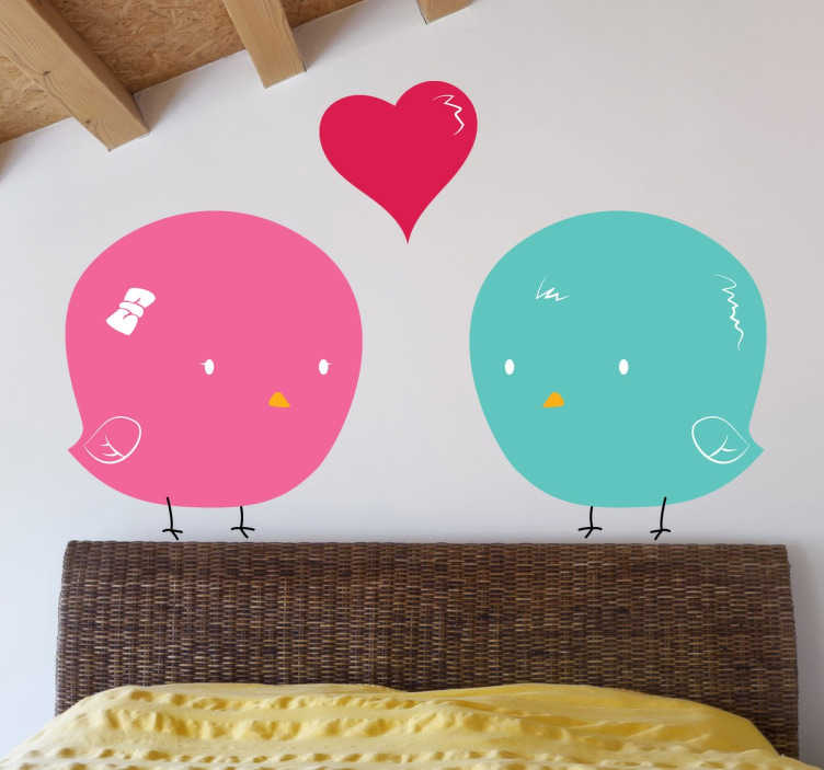 TenVinilo. Vinilo infantil pollito Lolo. Original dibujo realizado por el diseñador The Vode (Pablo Mateo) en la que aparecen dos crías de pollo enamoradas. Adhesivo ideal para cuarto de niños.