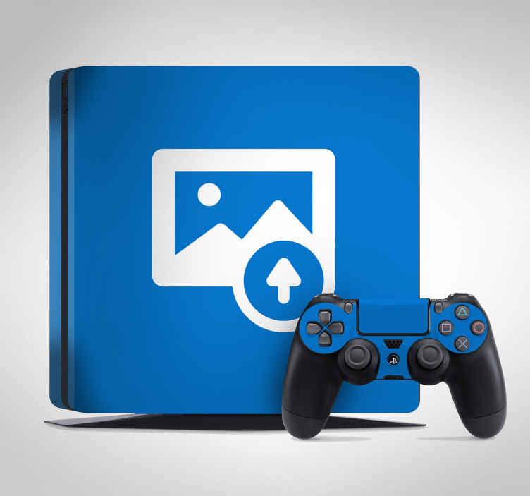 TenStickers. Naklejka na PS4 miejsce na Twoje zdjęcie. Udekoruj Swoją konsolę PS4 naklejką dekoracyjną z Twoim zdjęciem! Spersonalizowana naklejka na PS4 nada urządzeniu niepowtarzalnego wyglądu.