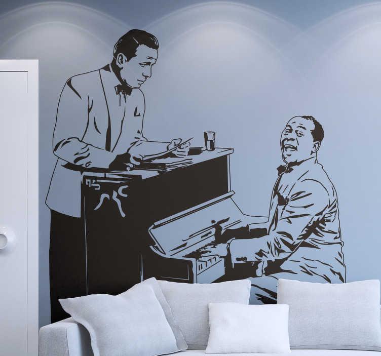 """TenVinilo. Vinilo decorativo Casablanca. De nuestra colección de murales y vinilos basados en escenas de cine clásico una original y detallada representación de esta película protagonizada por Humphrey Bogart. En el piano Sam interpretando el tema """"As time goes by"""". Un adhesivo decorativo para cinéfilos y melómanos."""