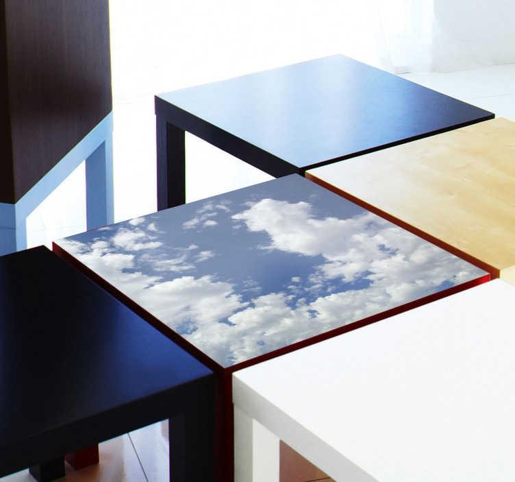 TenStickers. Naklejka na stół błękitne niebo. Naklejka dekoracyjna na meble IKEA z serii LACK. Dekoracja przedstawia błękitne niebo z białymi chmurami zwiastującymi dobra pogodę.