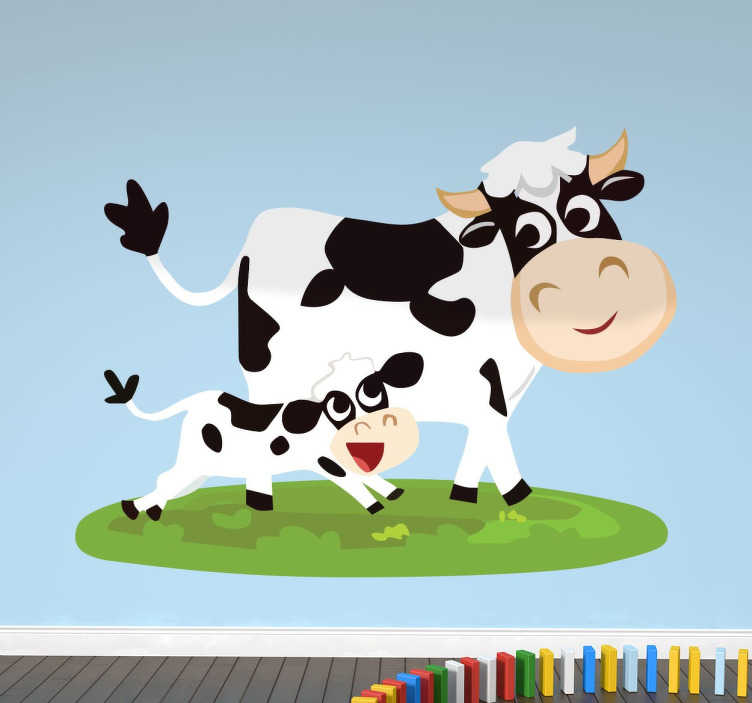 TenStickers. Vrolijke koe met kalf sticker. Deze blije koe is samen met zijn vrolijke kalf op het weiland. Deze lieve dieren zullen de kinderkamer of de babykamer personaliseren.