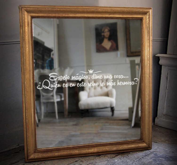 TenVinilo. Vinilo para espejo frase espejo mágico. Vinilo decorativo para espejo pensado para los seguidores del fantástico cuento de Blancanieves con una de las frases más célebres de la leyenda.