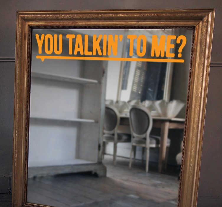 TenStickers. Vinil decorativo espelho you talkin' to me. Para os fãs do Taxi Driver, o filme de Robert De Niro, temos este vinil decorativo com a famosa pergunta que o protagonista faz ao espelho.
