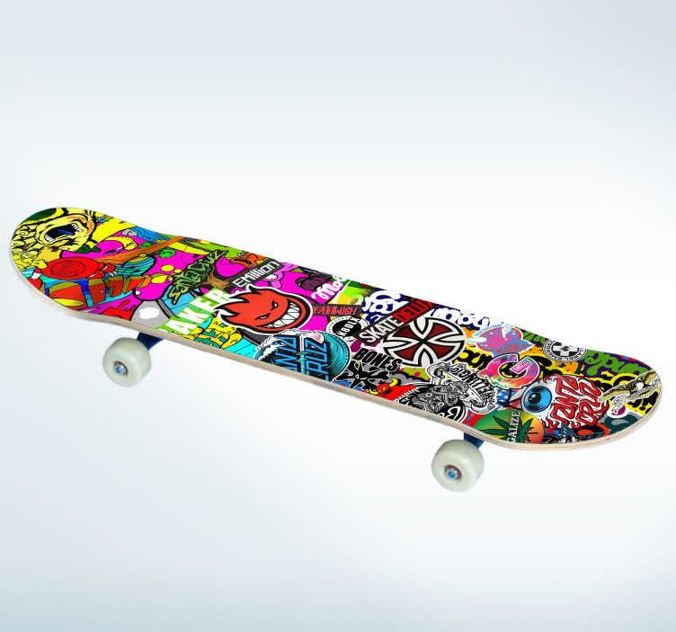 TenStickers. Wandtattoo Jugendzimmer Skateboard. Wandtattoo Jugendzimmer: Gestalten Sie das Jugendzimmer mit diesem tollen Wandsticker, ein Form eines Skateboards mit vielen bunten Aufdrucken.