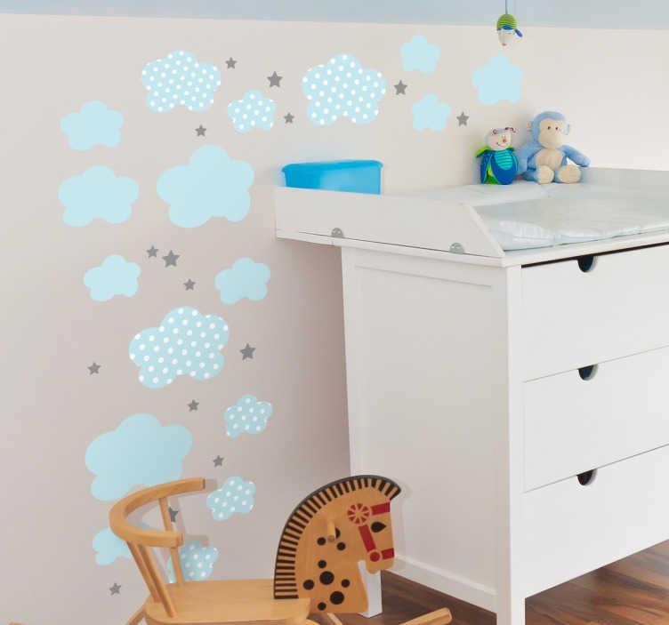 TenStickers. Wandtattoo Wolken Babyzimmer hellblau. Babyzimmer Wandtattoo Wolken: Gestalten Sie das Kinderzimmer mit diesem süßen Sticker Set, das hellblaue Wolken und Sterne zeigt.