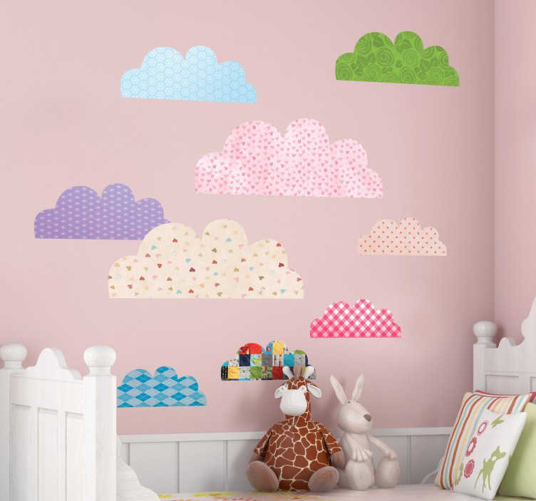 TenStickers. Verschillende gekleurde wolken sticker. Leuke kinderkamer muursticker van allemaal gekleurde wolken met verschillende printjes! Beplak ze waar jij ze wilt en personaliseer zo de kamer.