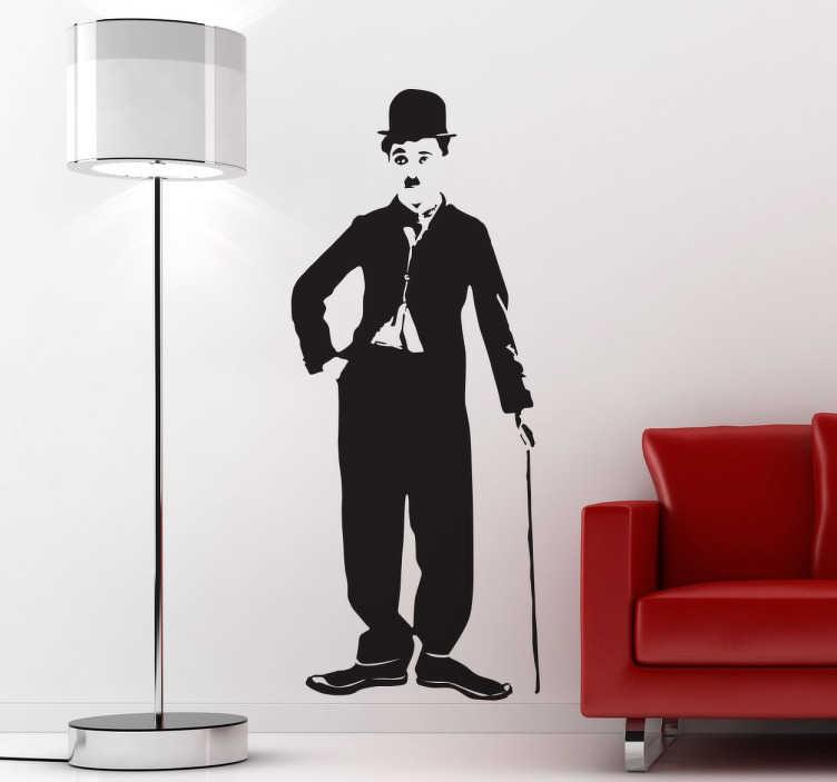 TenVinilo. Vinilo decorativo Chaplin posando. Adhesivo decorativo de Charles Chaplin posando con su bastón. Vinilo pared ideal para tu hogar, el que podrás decorar con un toque de humor y marcar la diferencia con las otras estancias o las casas de tus amigos.