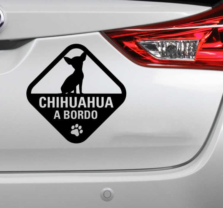 TenStickers. Sicker per auto Chihuahua a bordo. Sticker decorativo per auto con la scritta Chiuhuahua a bordo e con la silhouette di un piccolo Chihuahua sopra.