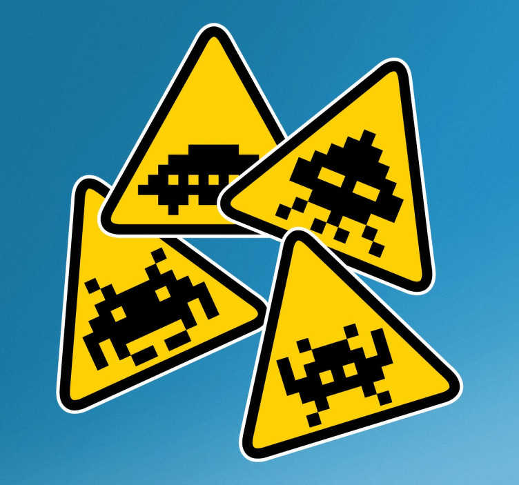 TenStickers. Set di Sticker Space Invaders. Sticker che raffigura un set di 4 stickers con il simbolo di attenzione con dentro disegnato i personaggi del famoso videogioco Space Invaders.