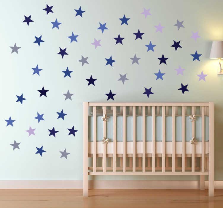 TENSTICKERS. 青い星装飾ステッカー. スターウォールのステッカーコレクションからこのデザインであなたの家をパーソナライズし、さまざまなトーンで多くの小さな星を表示します。
