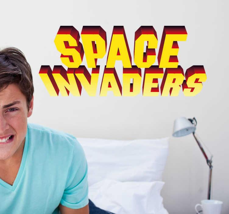 """TenVinilo. Vinilo decorativo Space Invaders. Vinilo decorativo del clásico juego de matar marcianos al que nos ponemos nostálgicos cuando lo recordamos. Adhesivo del logotipo """"Space Invaders"""" ideal para decorar tu hogar, tu zona de relax o sala de juegos."""