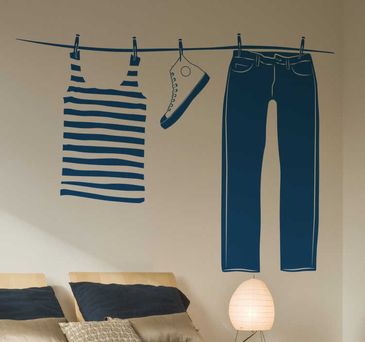 TenStickers. Naklejka pranie. Naklejka dekoracyjna na ścianę przedstawia linkę, na której wiszą dopiero co wyprane ubrania i trampki. Orginalna dekoracja, która nada stylowego elementu każdemu wnętrzu.