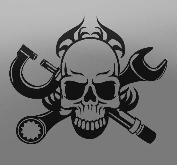 TenStickers. Naklejka czaszka u mechanika. Naklejka dekoracyjna przedstawiająca czaszkę umieszczoną na tyle skrzyżowanych narzędzi mechanika lub hydraulika.