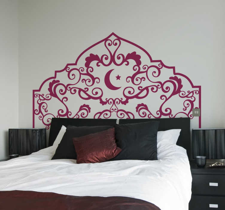 TenStickers. Naklejka arabskie łóżko. Naklejka dekoracyjna na ścianę przedstawiająca monochromatyczny wzór w arabskim stylu, na który składają się motywy rośline, a w centrum widzimy księzyc i gwiazdę.