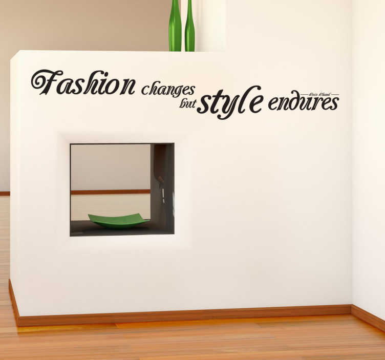 "TenVinilo. Vinilo de texto la moda cambia. Adhesivo decorativo con la frase célebre de Coco Chanel ""Fashion Changes But Styles Endures"" para decorar cualquier estancia de tu hogar y dotarla de originalidad y diversión para que tus paredes dejen de ser aburridas y monocolor."