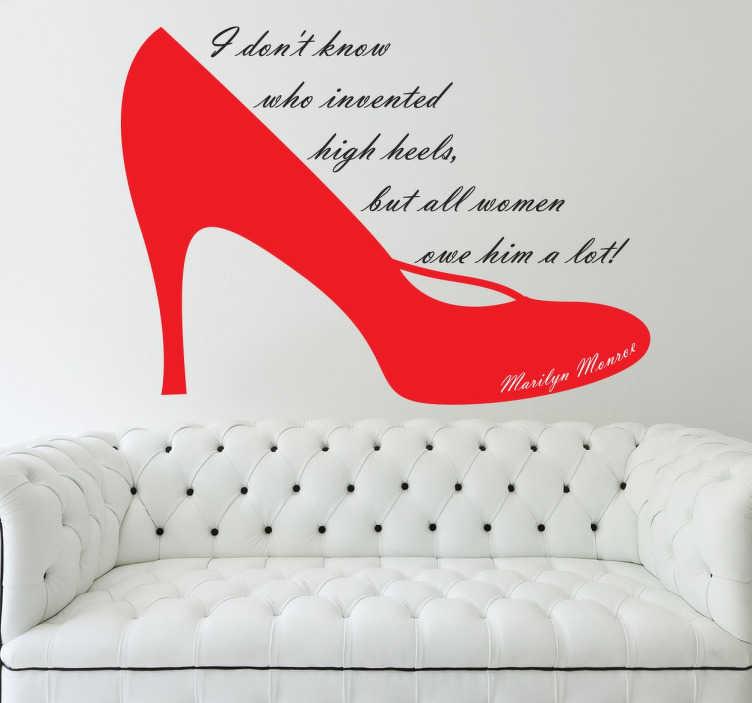 TenStickers. Naklejka dekoracyjna Marilyn Monroe o obcasach. Stylowa naklejka dekoracyjna przedstawiająca czerwony pantofel i słowa modelki 'I don't know who invented high heels, but all women owe him a lot!'.