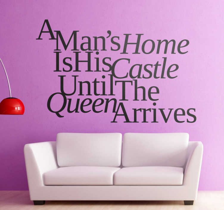 """TenStickers. Samolepka člověka je domácí hrad královna text nálepka. """"domů člověka je jeho hrad, dokud královna nedorazí"""" textovou nálepku. Zdi citovat zdobí váš domov, ideální pro milovníky. Rychlé doručení."""