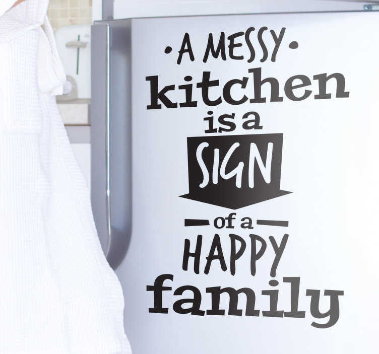 "TenStickers. Vinil decorativo Messy Kitchen Happy Family. Vinil decorativo da nossa coleção de stickers familiares. Adesivo de parede ""a messy kitchen is a sign of a happy family""."