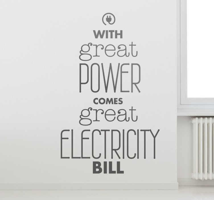 """TenStickers. Elektrisk bill citat klistermærke klistermærke. Tekst klistermærke """"med stor kraft kommer stor elektricitetsregning"""". Ideelt væg citat til at dekorere dit hjem. Hurtig levering."""