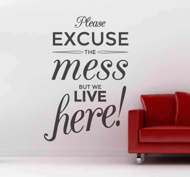 """TENSTICKERS. リビングルームの壁の装飾をくすぐる言い訳. """"混乱を許してください。しかし、私たちはここに住んでいます""""というテキストステッカー。あなたの家を飾るウォールクォート、お部屋に最適です。迅速な配達。"""