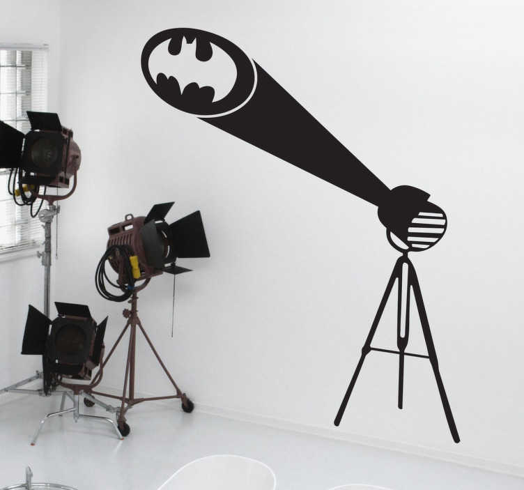 """TenStickers. Naklejka znak Batman. Naklejka dekoracyjna inspirowana filmem """"Batman"""" przedstawiająca reflektor, który wyświetlał symbol nietoperza, który był znakiem rozpoznawalnym fikcyjnej postaci Batmana."""