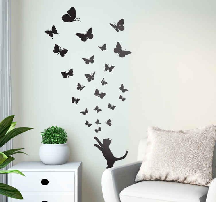 TENSTICKERS. 猫を追う蝶のステッカーコレクション. たくさんの蝶を捕まえようとしている猫を描いた素敵なデザイン。あなたが猫を愛するなら、これはあなたの家のための理想的な猫の壁のステッカーです!