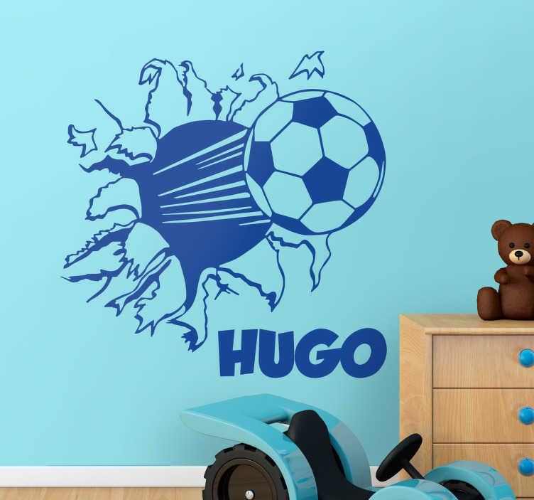 TenStickers. Personalisiertes Fußball Wandtattoo. Dekorieren Sie das Zimmer Ihres Sohnes mit diesem coolen Wandtattoo eines Fußballs, der durch eine Wand geschleudert wird.