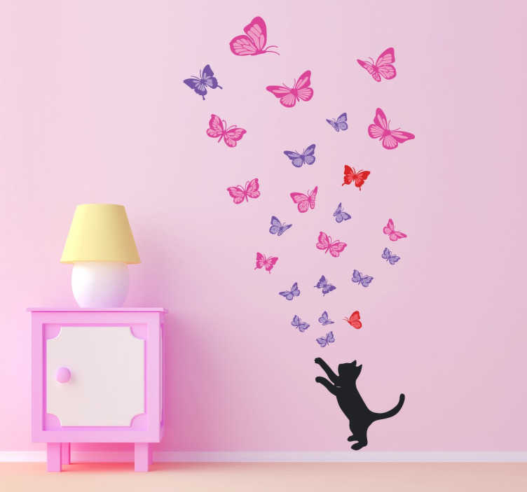 TenStickers. 猫追逐蝴蝶贴纸. 猫贴纸与你最喜欢的宠物试图捕捉数十只美丽的蝴蝶。用这个梦幻般的蝴蝶墙贴花装饰你的起居室或卧室!