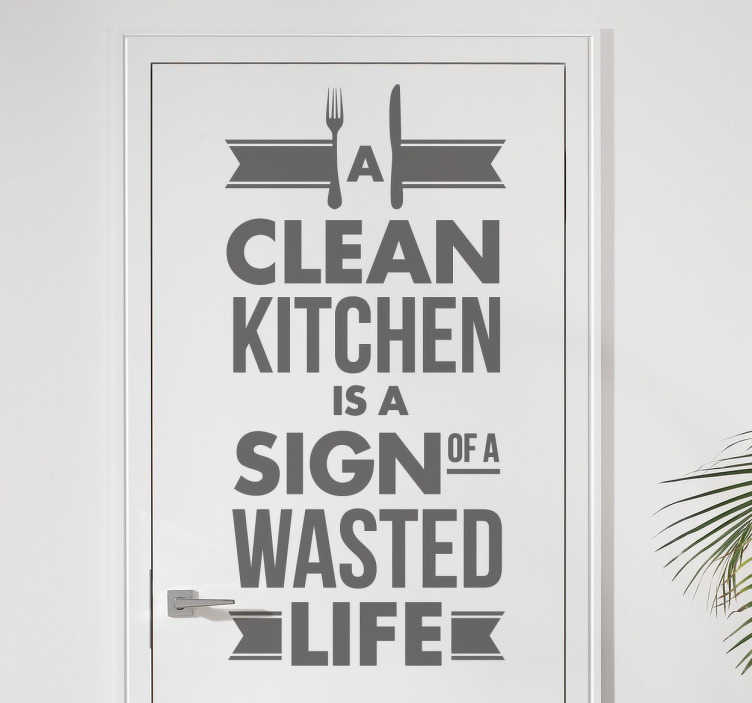 TenStickers. Naklejka na kuchenne drzwi. Naklejka z napisem 'A clean kitchen is a sign of a wasted life', która znakomicie sprawdzi się na kuchennych drzwiach, meblach lub ścianach.