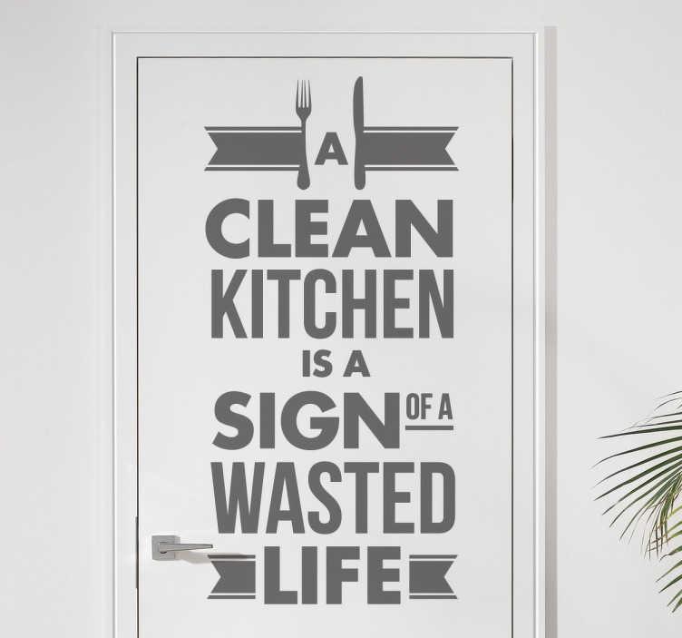 TenStickers. Sticker schone keuken verspilling leven. Deze leuke muursticker met een grappige tekst is leuk voor in de keuken! Alle mama´s zullen niet blij zijn met deze sticker. Op de sticker staat ¨A clean kitchen is a sign of a wasted life¨.