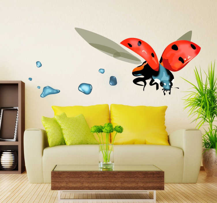 TenStickers. Wall sticker coccinella in volo. Wall sticker decorativo che raffigura una coccinella in volo e alune gocce d'acqua. è duraturo e non forma rughe e bolle d'aria nel tempo.