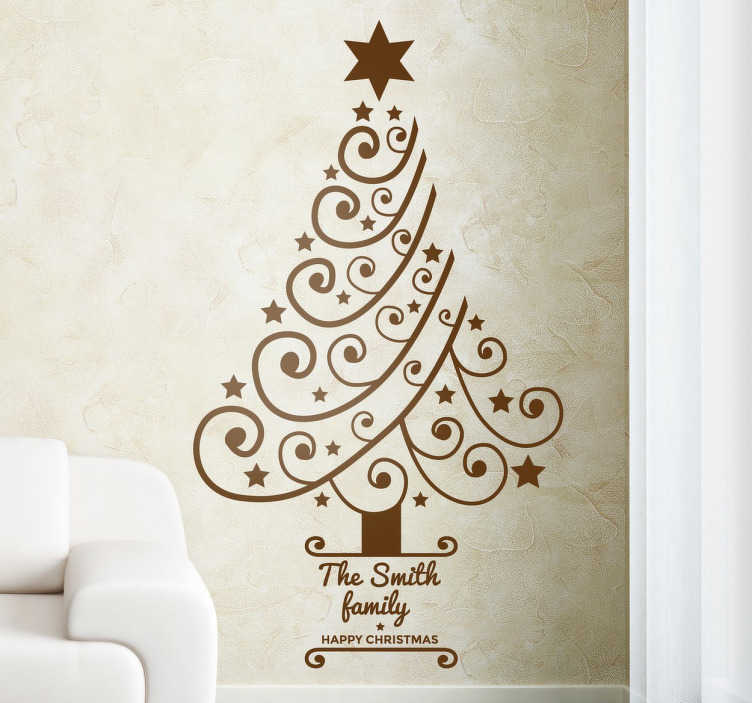 TenStickers. Gepersonaliseerde kerstmis kerstboom sticker. Deze sierlijke kerstboom sticker is een leuke toevoeging tijdens de kerstdagen! De boom is gemaakt van allemaal sierlijke krulletjes en sterretjes.