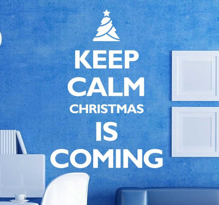 TenStickers. Keep Calm Christmas tekst sticker. Grappige tekst stickerdat de kerstdagen aankondigt! ¨Keep calm christmas is coming¨! Boven de tekst zie je een klein kerstboompje.