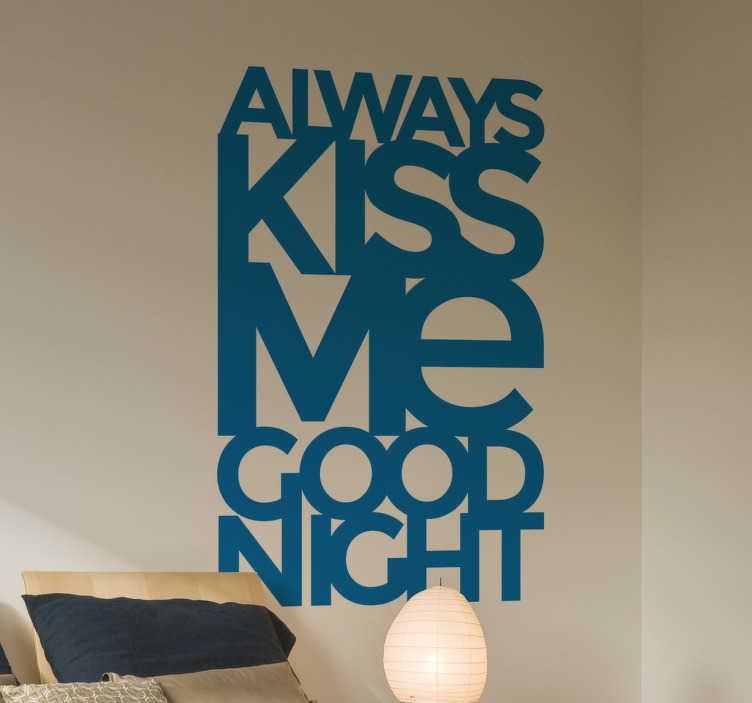 "TenStickers. Always Kiss Me Goodnight Moderene Muursticker. Muursticker met de tekst ""Always Kiss Me good Night"", ideaal voor het decoreren van de slaapkamer. Kleur en formaat aanpasbaar. Ervaren ontwerpteam."