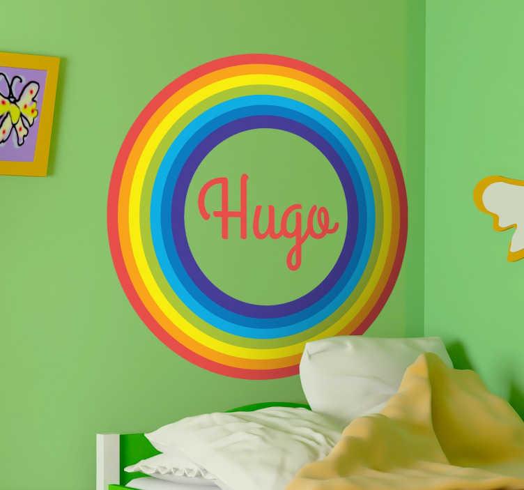 TENSTICKERS. カスタマイズ可能なレインボーサークルの子供のステッカー. 虹の壁のステッカーのコレクションからパーソナライズできる素晴らしいデカールです。あなたが望む名前を選んで子供の部屋を飾り、鮮やかな虹の円で囲んでください。あなたの子供の寝室に色を入れる素晴らしいデザインです。