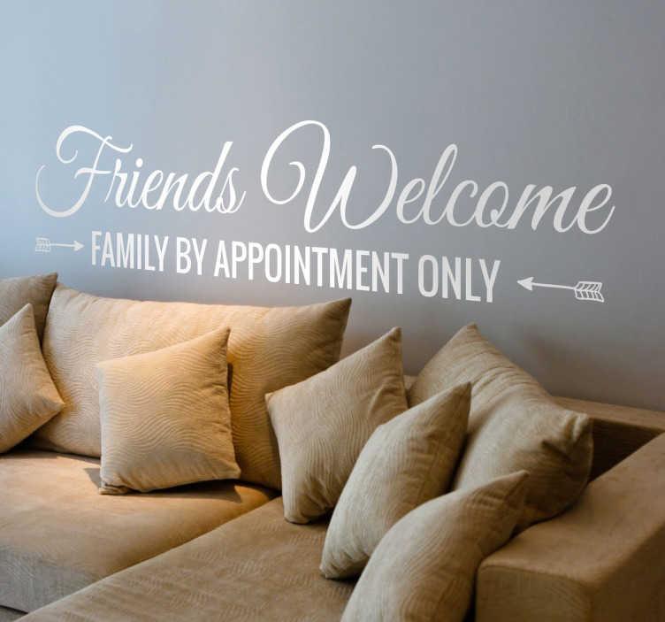"""TenStickers. Naklejka Przyjaciele mile widziani. Zabawna naklejka na ścianę z napisem """"Friends welcome. Family by appointment only""""."""