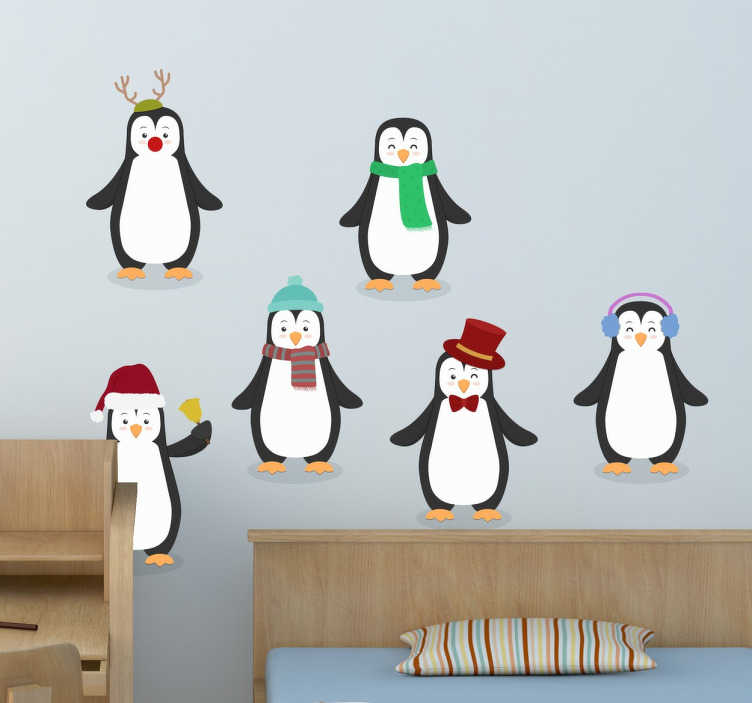 TenStickers. Naklejka świąteczne pingwiny. Naklejka dekoracyjna przedstawiająca szcześć pingwinów przebranych w różne zimowe stroje. Pingwin w czapce mikołaja, pingwin w szaliku, pingwin w nausznikach.