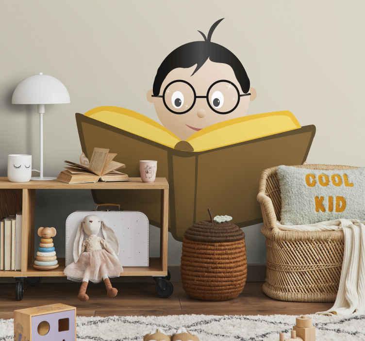 TenStickers. Junge mit Buch Aufkleber. Ist Ihr Kind ein Bücherwurm? Dann ist das Wandtattoo von einem lesenden Junge mit Brille genau das Richtige für die Wanddekoration im Kinderzimmer.