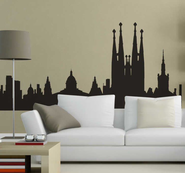 TenStickers. Skyline Barcelona Spanje Sticker. Alle hoogtepunten van de prachtige wereldstad Barcelona in 1 sticker! Breng onder andere de Sagrada Familia in jouw woonkamer met Tenstickers!