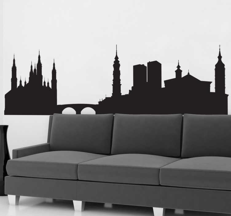 TenStickers. Muursticker van de Skyline van Zaragoza. Muursticker met de skyline van Zaragoza, een stad in Spanje. VErkrijgbaar in verschillende kleuren en maten. Keuze uit 50+ kleuren.