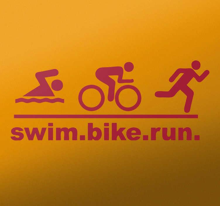 TenStickers. Swim Bike Run Muursticker. Een creatieve muursticker ter illustratie van een tekst die zegt 'zwemmen, fietsen, lopen' met figuren die deze sporten uitvoeren.