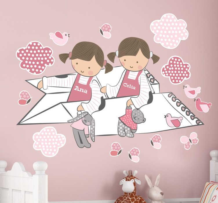 TenStickers. Iki kız kişiselleştirilmiş çocuklar duvar sticker. Oyuncak ayılar tutarken bir kağıt uçakta kuşlar ve bulutlar uçan iki küçük kız gösteren oynak pembe kişiselleştirilmiş çocuklar duvar sticker. Bu polka dot duvar sticker istediğiniz herhangi bir boyutta kızların elbiseler üzerinde herhangi bir ismi göstermek için özelleştirilebilir.