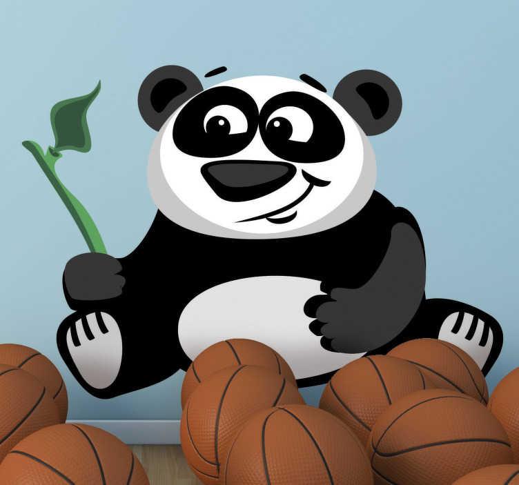 TenStickers. Panda met bamboe. Vrolijke panda tekening dat in zijn hand een stuk bamboe vasthoudt! Leuke en vooral speelvolle sticker dat de kinderkamer helemaal zal personaliseren!