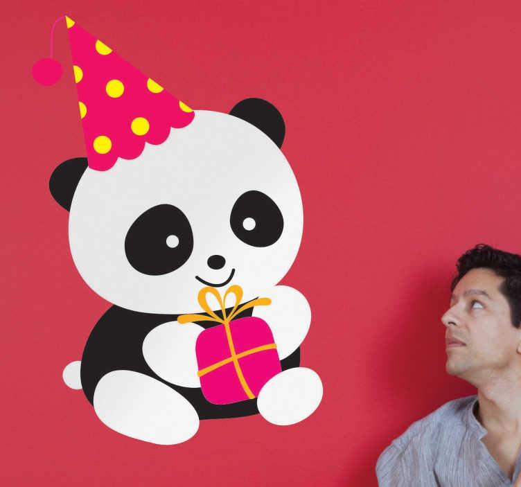 TenStickers. Sticker panda fête. Sticker pour enfants d'un petit panda déguisé pour faire la fête, avec un chapeau et un cadeau entre les mains.