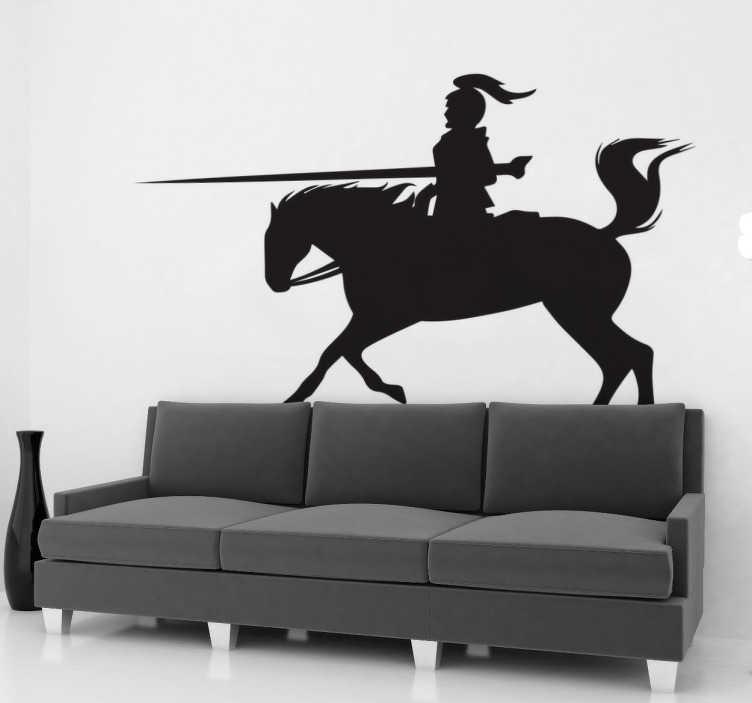 TenStickers. 충전 말 벽 스티커. 실루엣 기사단 벽 스티커에는 중세 기사가 갑옷과 함께 말을 타고 장검을 들고 등장합니다. 실루엣 벽 스티커는 최대 50 가지 색상으로 제공됩니다.