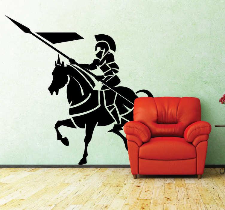 TenStickers. Naklejka rycerz z włócznią. Naklejka na ścianę w średniowiecznym klimacie przedstawiająca rycerza w zbroji na koniu. Miłośnicy zamków, rycerzy i średniowiecznych motywów, już teraz mogą umieścić naklejkę dekoracyjną w swoich wnętrzach.
