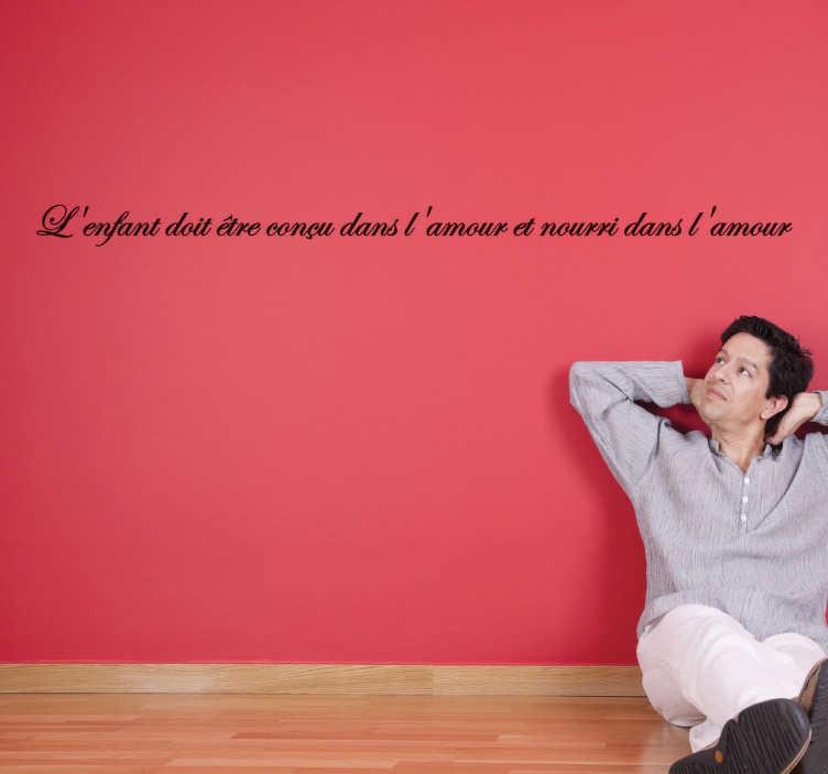 """TenStickers. Sticker citation enfant amour. Sticker texte """"L'enfant doit être conçu dans l'amour et nourri dans l'amour"""", une belle citation pour décorer les murs de votre intérieur."""